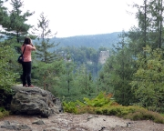 Almuth hält am Pferdeberg die ungewöhnliche Sicht auf den Berg Oybin fest