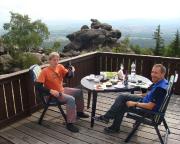 Frühstück auf der Terrasse der Toepferbaude mit Blick auf Zittau, Polen und Tschechien