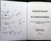 Silberrücken, Blick in den Einband des Gipfelbuches mit Anstiegskizze