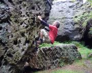 Fechi beim Bouldern im Boulderparadies an der Töpferbaude