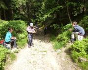 Abstieg vom Hochwald nach Krompach - Mutter und Sohn in verschiedenen Ländern
