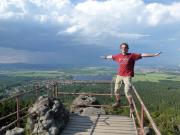 Fechi auf dem Geländer des Felsentore der Toepferbaude