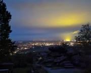 Nächtlicher Blick auf das hell erleuchtete Zittau und das Kraftwerk Bogatynia