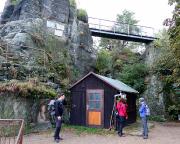 Im Terrassenbereich des Gipfels und des Gasthauses Nonnenfelsen