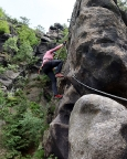 Almuth auf den letzten Metern zur Gipfelbuchkassette des Klettersteiges