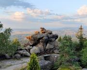 Die letzten Strahlen der Abendsonne an den Felsen auf dem Töpfer bei Oybin