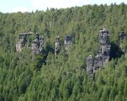 Die Felsengruppe an der Grenzplatte im Bielatal