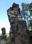 Schwefelturm, Gebiet von Ostrov, Südseite – links der Obelisk