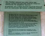 Tafeln zur Entstehungsgeschichte im Inneren des Pavillons