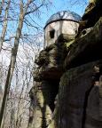 Blick auf die exponierte Lage des Pavillons beim Abstieg über den Bergpfad