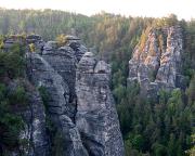 Mittig der Kleine Wehlturm, aufgenommen von der Basteibrücke