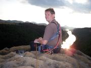 Bismarckfels, Dirk Wiesner auf dem Gipfel hoch über dem Elbtal