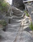 Gratweg Schrammsteine, hier ausgetretene Stufen nahe des Jägersteigs