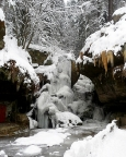 Zu Eis erstarrter Lichtenhainer Wasserfall am Fuße des Wildensteins