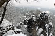 28 - Blick von der Basteiaussicht auf die Felsen der Basteibrücke, Januar 2018