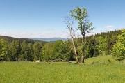 35 - Isergebirge, Blick beim Abstieg von Slovanka über Liberec auf den Jested