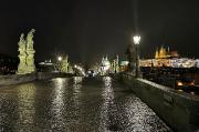 52 - Die Karlsbrücke Prag mit Prager Burg und Veitsdorm bei Nacht