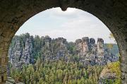 82 – Blick durch einen Bogen der Basteibrücke auf die Gansfelsen