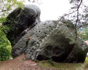 Bergseite der Quacke Hexenstein neben dem Fausthandschuh